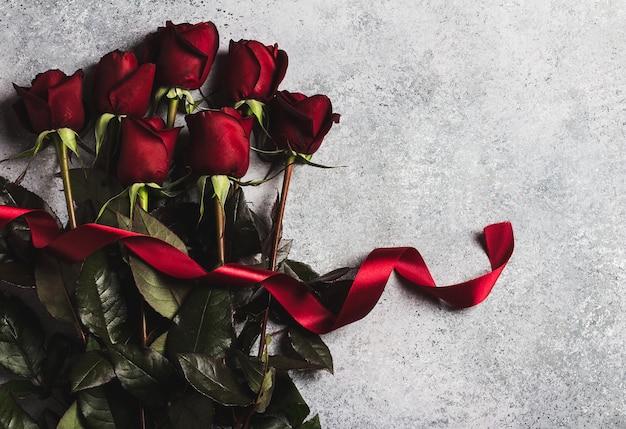 Día de san valentín mujer madres día rosa roja con cinta regalo sorpresa Foto gratis