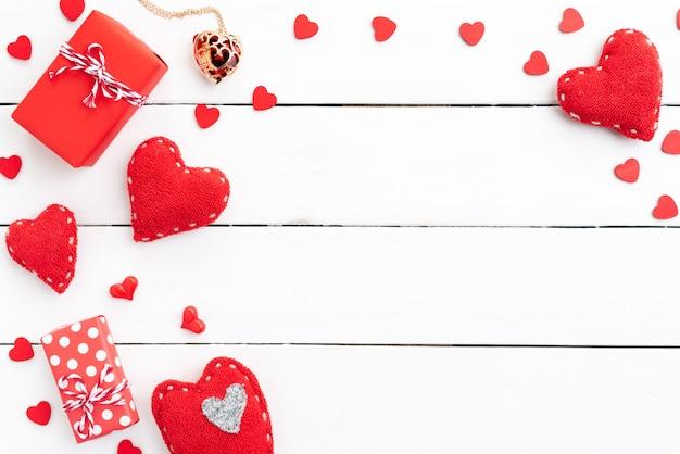Día de tarjetas del día de san valentín y concepto del amor en fondo de madera. Foto Premium
