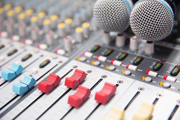 Diapositiva de volumen de primer plano del mezclador de sonido digital en el estudio. Foto Premium