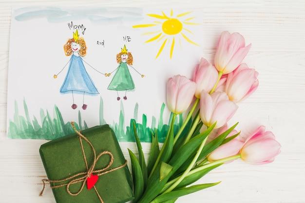 Dibujo infantil de madre con flores y regalo. Foto gratis
