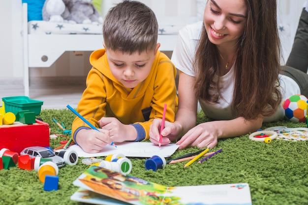 Dibujo de madre e hijo Foto gratis