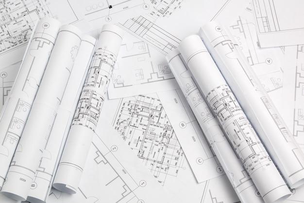Dibujos arquitectónicos en papel y planos. plano de ingeniería Foto Premium