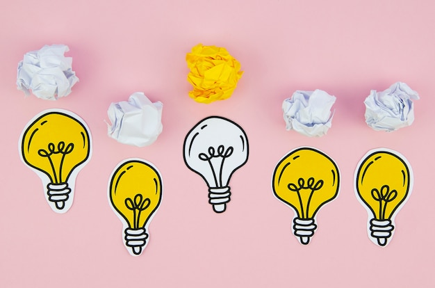 Dibujos minimalistas de bombillas y papel. Foto gratis