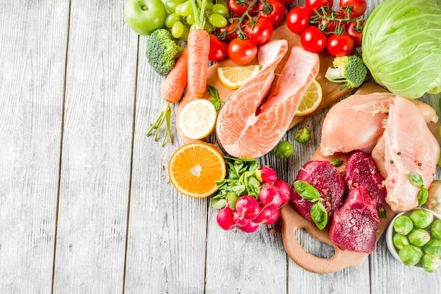 Dieta pegan de moda, carne, huevos, mariscos, productos lácteos y varias verduras frescas. Foto Premium
