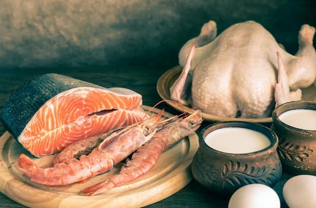 Dieta proteica: productos crudos en madera Foto Premium