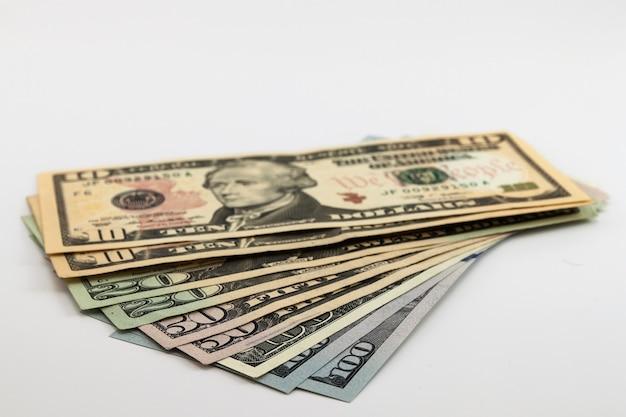 Diferencia de billetes de dinero en dólares estadounidenses Foto Premium