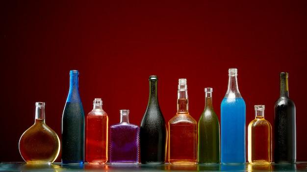 Diferentes bebidas alcohólicas en botellas transparentes. Foto Premium