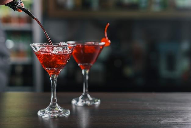 Diferentes cócteles en un bar Foto gratis
