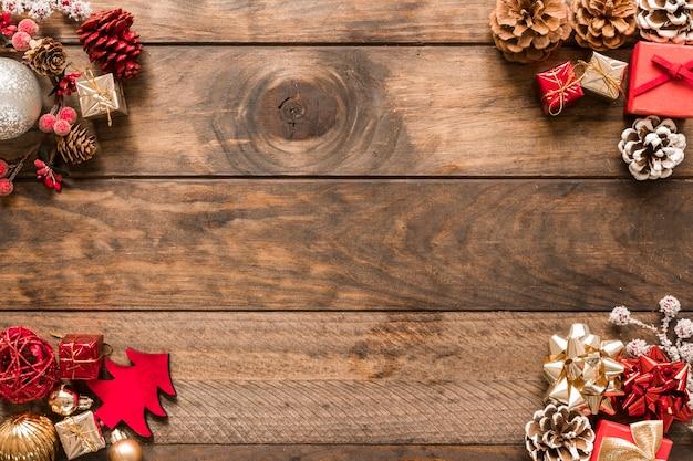 Diferentes decoraciones navideñas y juguetes. Foto gratis