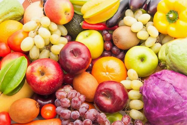 Diferentes frutas y verduras frescas para comer sano y dieta Foto Premium