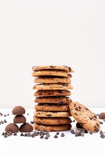 Diferentes galletas con trozos de chocolate sobre superficie blanca Foto gratis