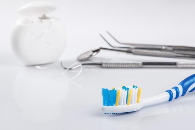 Diferentes herramientas para el cuidado dental. Foto Premium