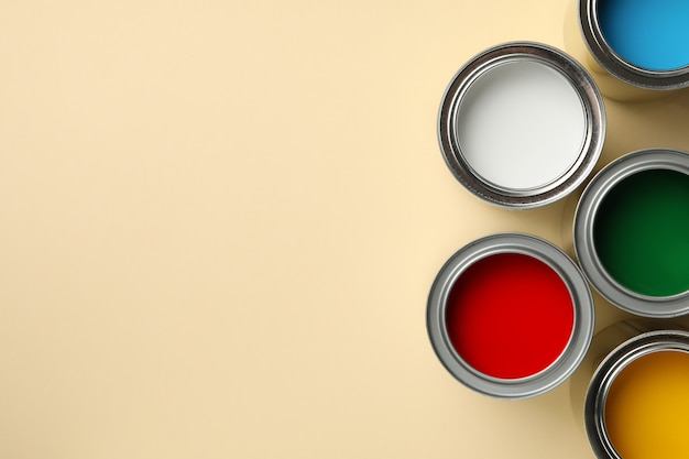 Diferentes pinturas sobre superficie beige. Foto Premium