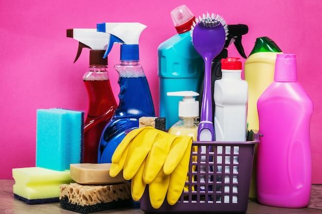 Diferentes productos y artículos de limpieza. Foto Premium