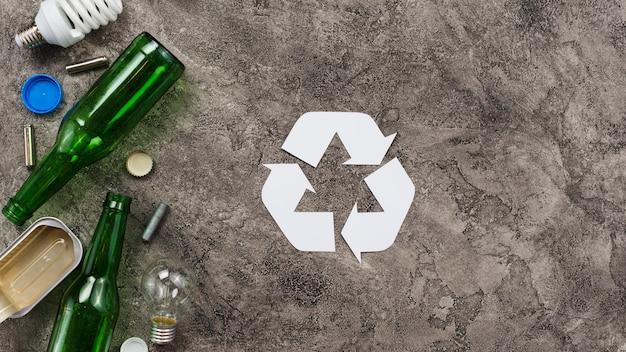 Diferentes residuos listos para su reciclaje sobre fondo gris. Foto gratis