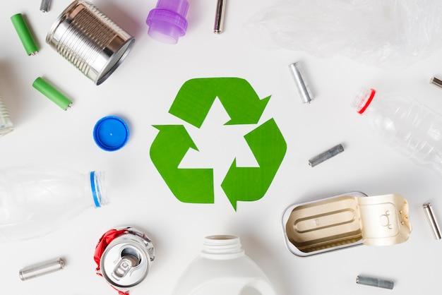Diferentes tipos de basura aptos para el reciclaje. Foto gratis