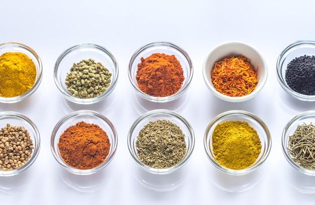 Diferentes tipos de especias y hierbas. Foto Premium