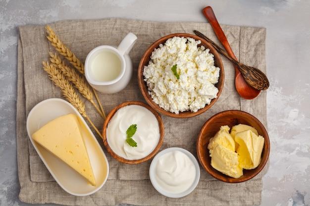 Diferentes tipos de productos lácteos sobre fondo blanco, vista superior, espacio de copia Foto Premium