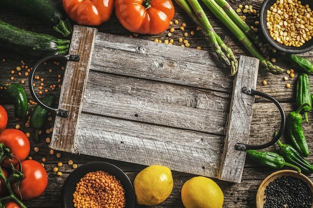 Diferentes vegetales sobre fondo de madera. Foto gratis