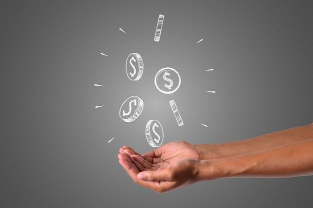 El dinero escribe con tiza blanca está en la mano, dibujar concepto. Foto gratis