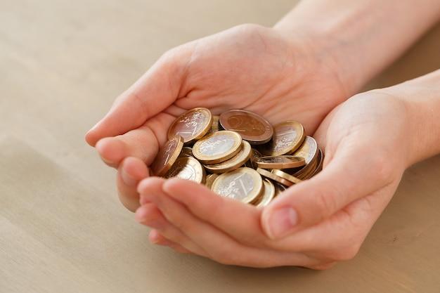 Dinero, finanzas. mujer con montón de monedas Foto gratis
