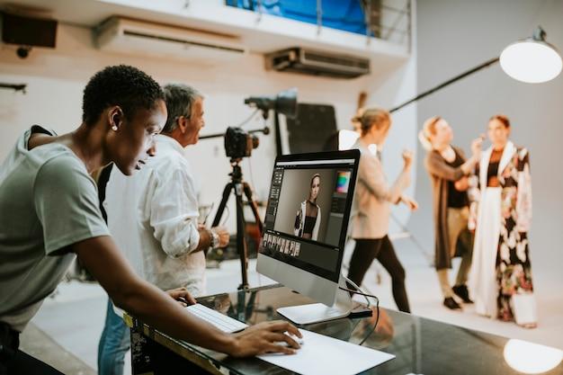 Director de arte revisando fotos en un monitor Foto Premium