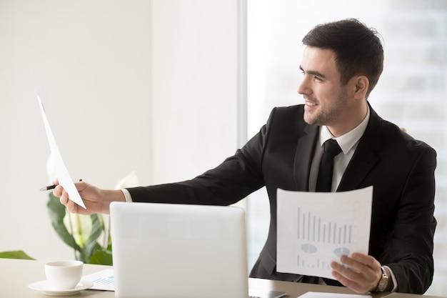 Director financiero feliz por buenas estadísticas Foto gratis