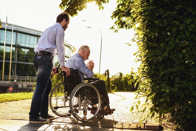 Discapacitados en silla de ruedas. familiares felices juntos. Foto Premium