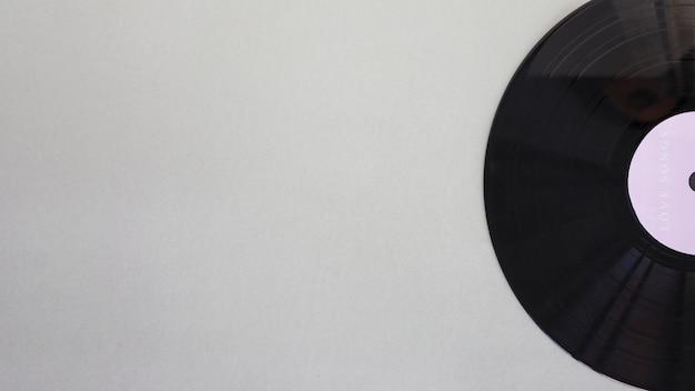 Disco de vinilo negro sobre mesa. Foto gratis