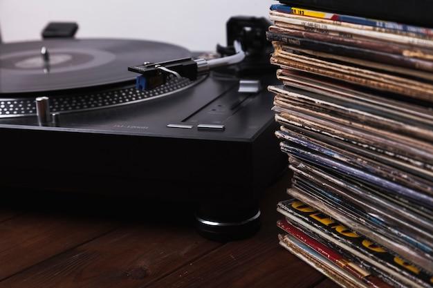 Discos de primer plano cerca del tocadiscos Foto gratis