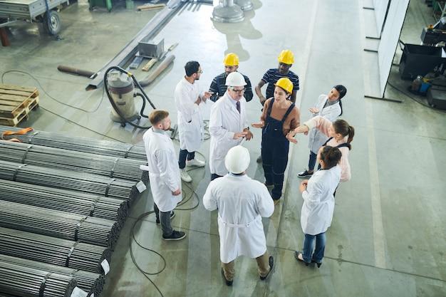 Discusión climatizada en la fábrica | Foto Premium
