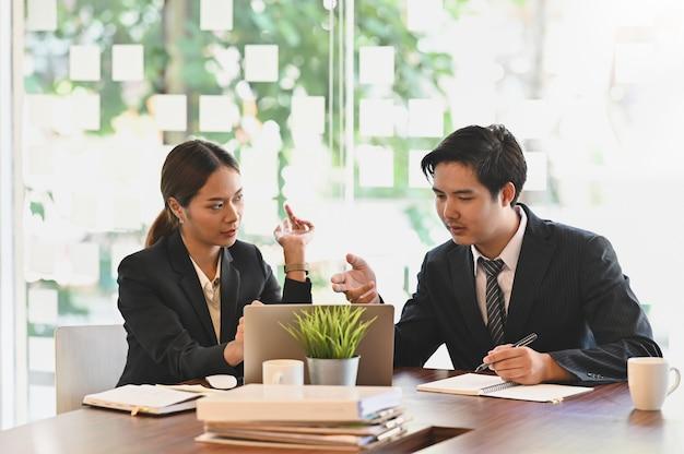 Discusión de negocios, reunión de colegas de negocios consultar en el escritorio de la oficina. Foto Premium