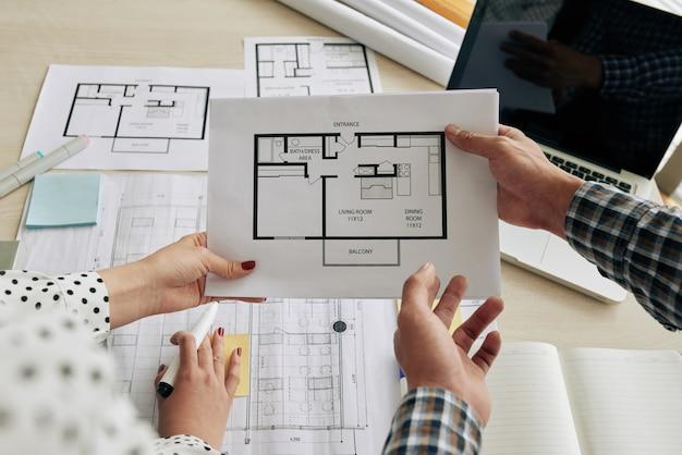 Discutir el plan de construcción Foto gratis