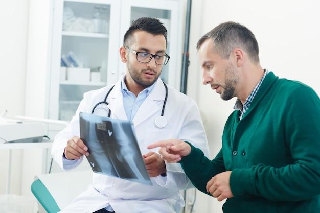 Discutir la radiografía de la articulación Foto gratis
