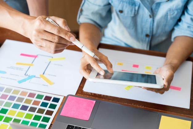 Diseñador de equipo creativo que elige muestras con desarrollo de ui / ux en diseño de boceto Foto Premium