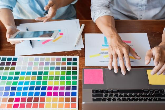 Diseñador de equipo creativo que elige muestras con ui / ux desarrollando en el diseño de boceto Foto Premium