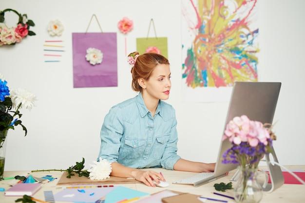 Diseñador gráfico trabajando en un proyecto prometedor. Foto gratis