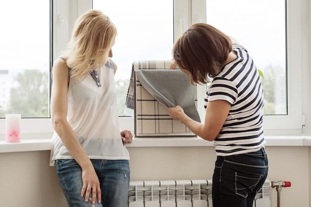 Dise ador de interiores muestra muestras de telas y - Disenador de casas gratis ...