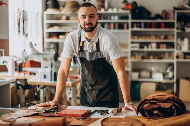 Diseñador masculino y sastre de cuero trabajando en una fábrica. Foto gratis