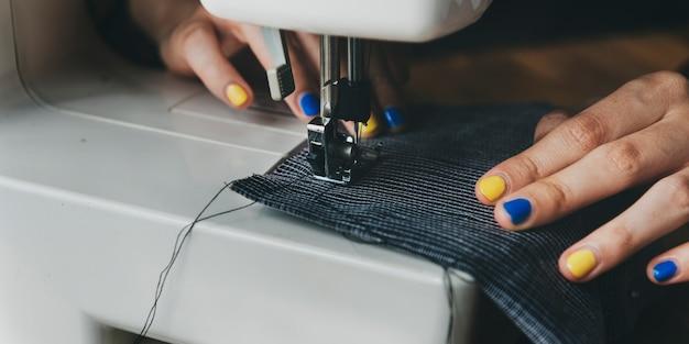 Diseñador de moda cutting tailor made concept Foto gratis