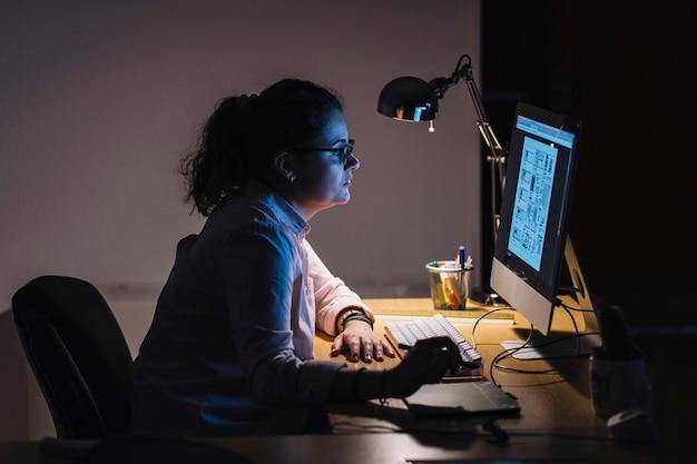 Diseñador trabajando de noche