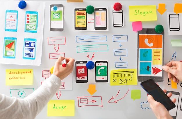 Un diseñador web está desarrollando una interfaz de usuario para aplicaciones de telefonía móvil. Foto Premium