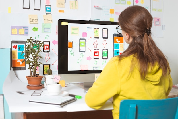Diseñador web, interfaz de usuario, desarrollo de aplicaciones para teléfonos móviles. Foto Premium