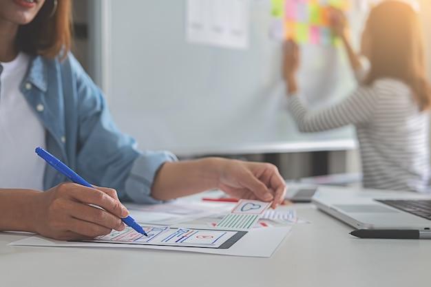Diseñador web de lluvia de ideas para un plan de estrategia. Foto Premium