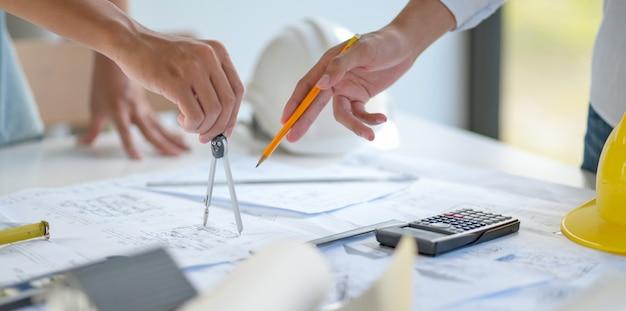 Diseñadores y arquitectos colaboran en diseños para nuevos proyectos de construcción. Foto Premium
