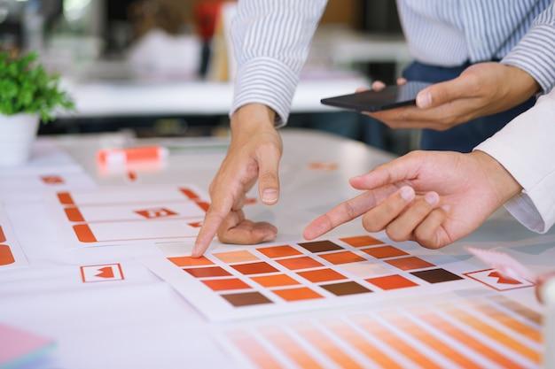 Diseñadores creativos de ux ui que diseñan pantallas para móviles. Foto Premium