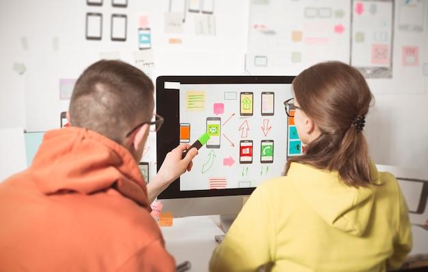 Los diseñadores desarrollan aplicaciones web para teléfonos móviles. interfaz de usuario para smartphones. Foto Premium