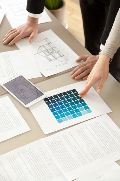 Diseñadores que trabajan en el interior de la casa Foto gratis