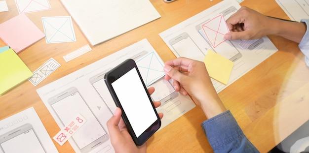 Diseñadores web que trabajan en proyectos de interfaz de usuario Foto Premium