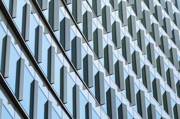 Diseño de ángulo bajo de edificio moderno. Foto gratis